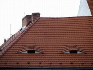Casa pensativa pensando en la hipoteca y en el IBI municipal.