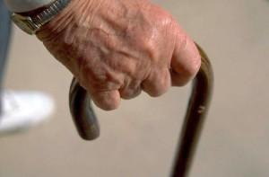 El abuelo se apoya en el bastón y nosotros en él. Me temo.