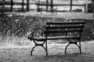 Llueve sobre mojado sobre los bancos