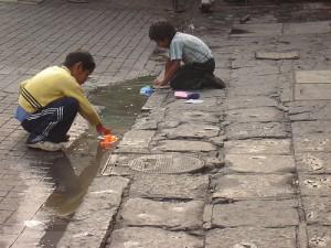 Como niños jugando en la calle